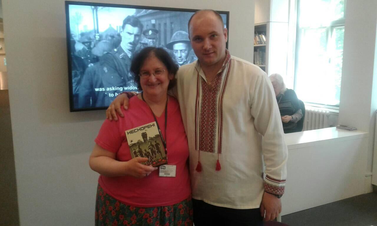 Лондонський воєнний музей отримав у подарунок від закарпатського офіцера книгу про АТО  (фото)