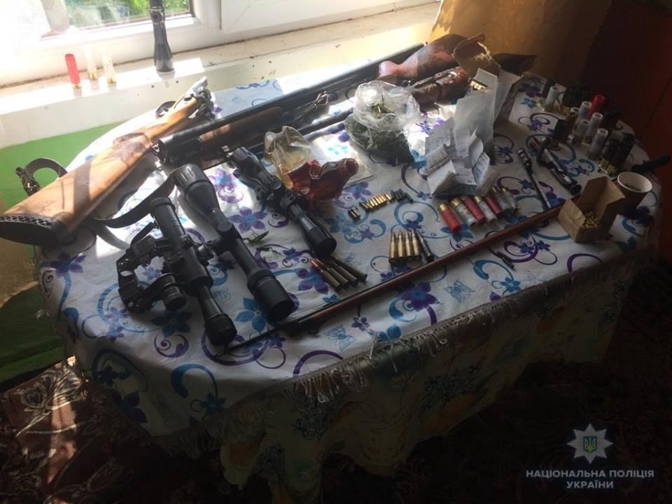 Поліція вилучила у закарпатця зброю і наркотики (ФОТО)