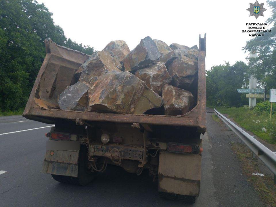 На Закарпатті зупинили вантажівку, у якій везли бутовий камінь без документів