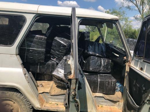 Втікаючи від закарпатських прикордонників, контрабандисти покинули авто і цигарки