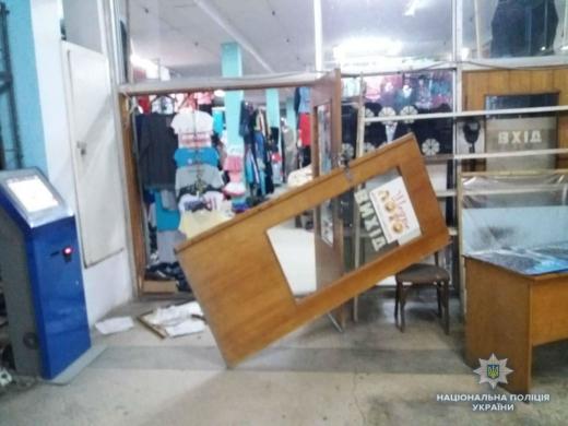 У Великому Березному четверо зловмисників намагалися пограбувати торговий комплекс (ФОТО)
