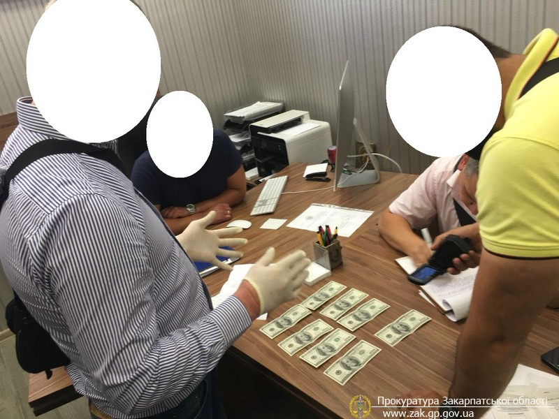 При отриманні 800 доларів неправомірної вигоди викрито начальника управління майном Ужгородської міської ради (ФОТО)
