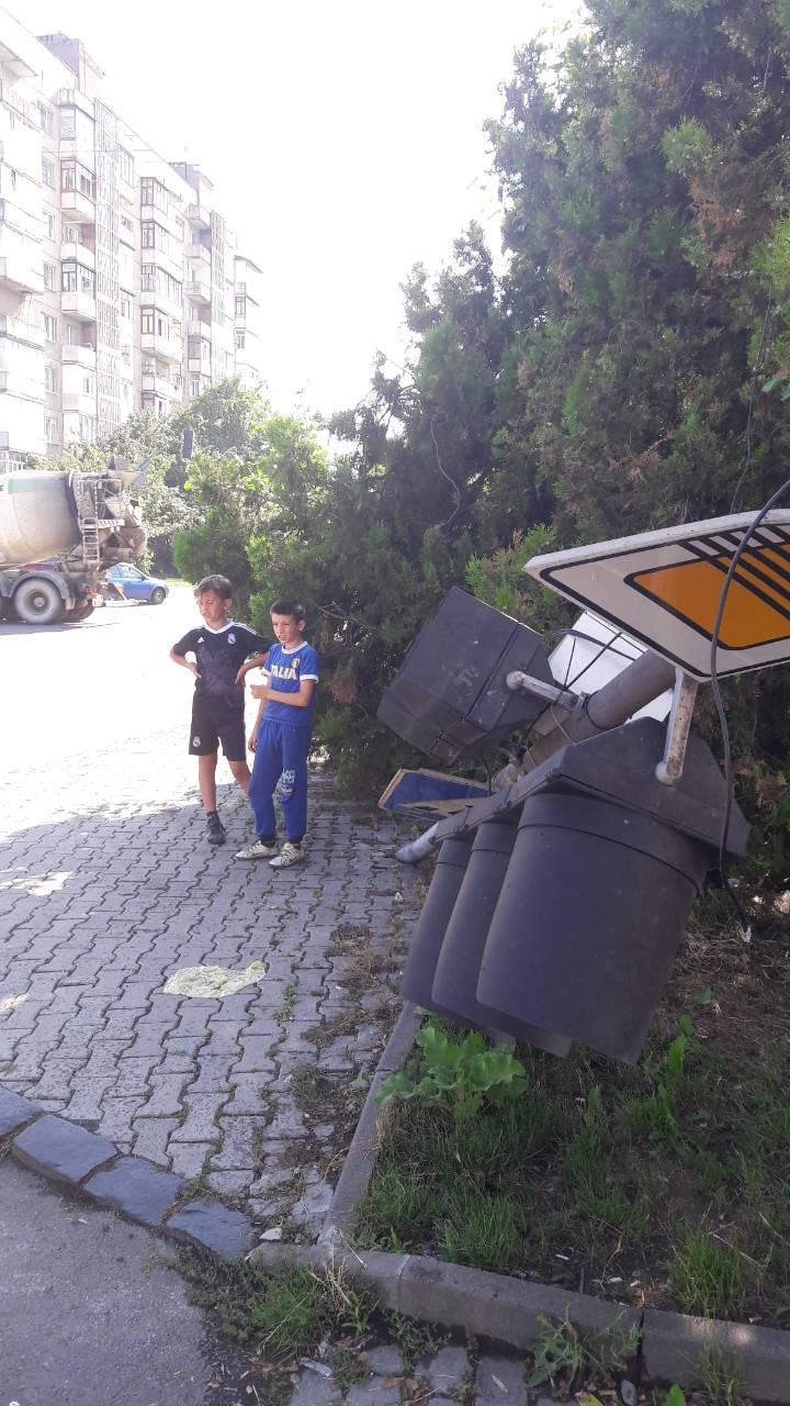 В Ужгороді водій вантажівки завалив світлофор (фото)