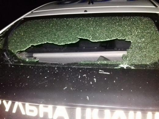 В Ужгороді п'яний хуліган пошкодив службове авто поліцейських