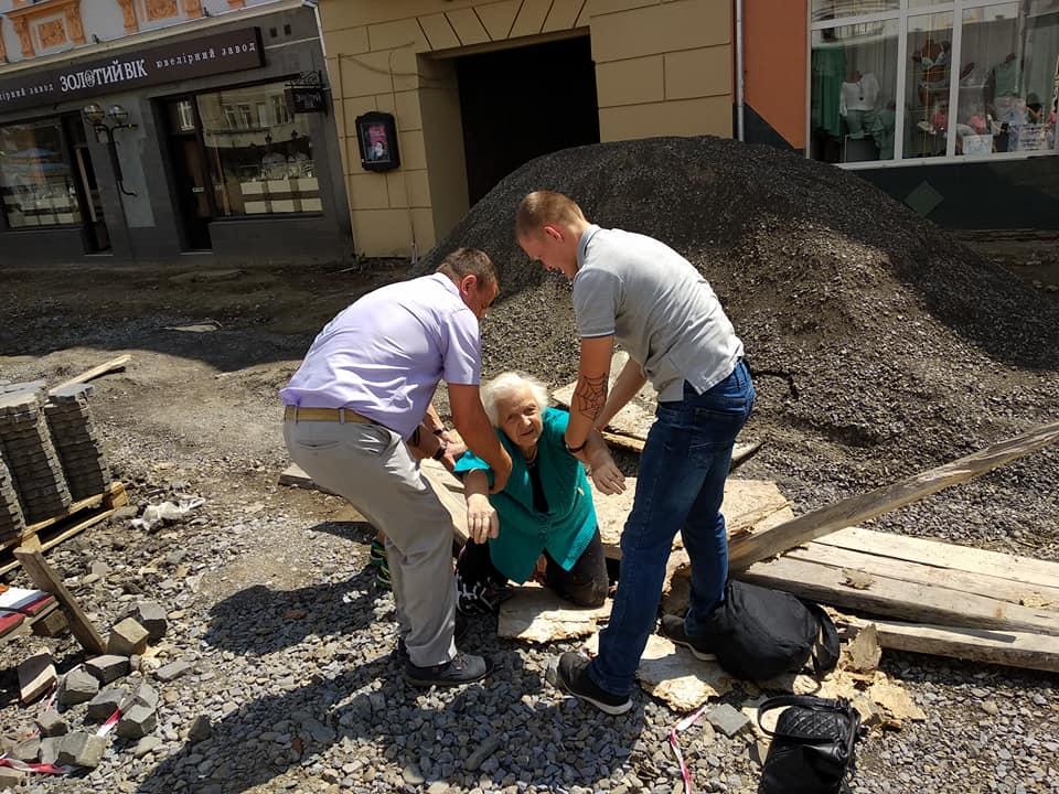 Бабуся провалилася в люк на площі Петефі в Ужгороді