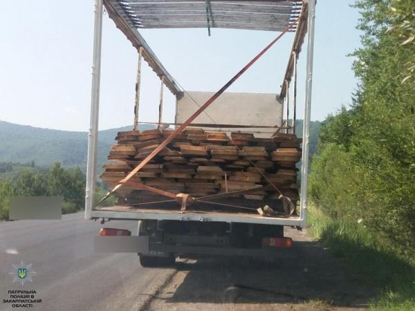 """На Воловеччині полісмени зупинили вантажівку з """"лівою"""" деревиною"""