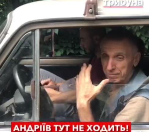 """Ужгородські діти йдуть в дитсадок """"Пролісок"""" глибоким болотом (відео)"""