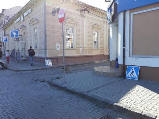 Невідомі демонтували дорожні знаки в центрі Ужгорода