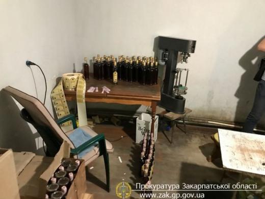 У приватному будинку в Ужгороді викрили підпільне виробництво коньяку (ФОТО)