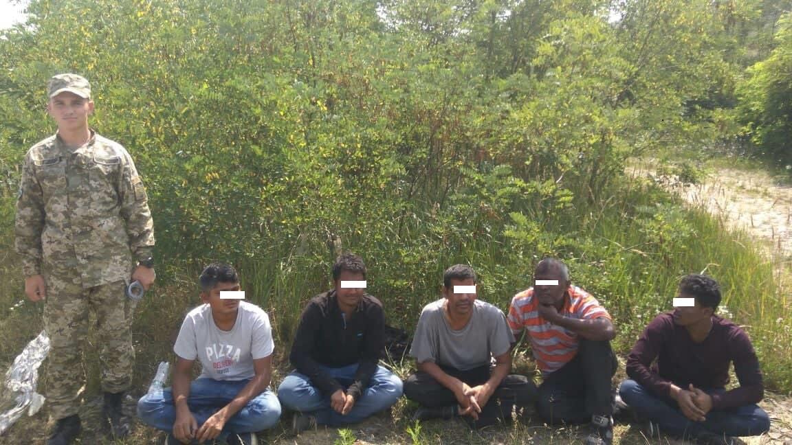 Закарпатські прикордонники затримали групу нелегалів разом з переправником