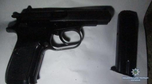 Ужгородські полісмени знайшли зброю у підозрілого перехожого