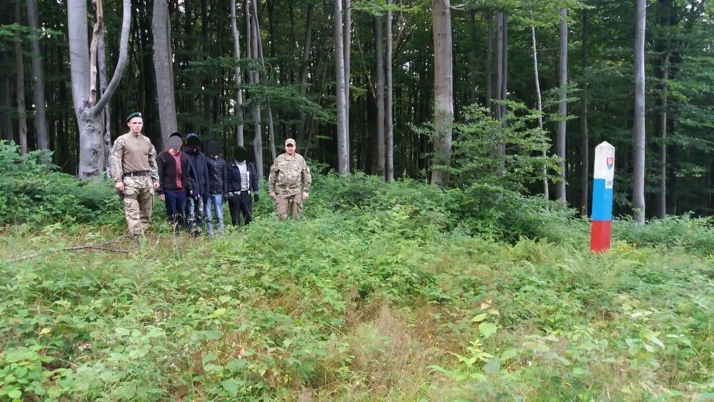 Групу нелегалів затримав спільний патруль закарпатських та словацьких прикордонників (фото)