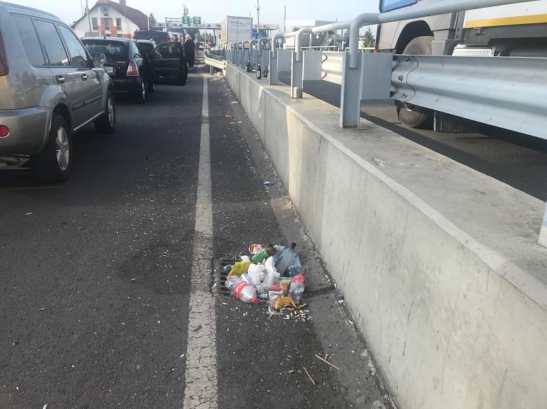Подорожуючі з України до Угорщини навалили купи сміття на мості через Тису (фото)