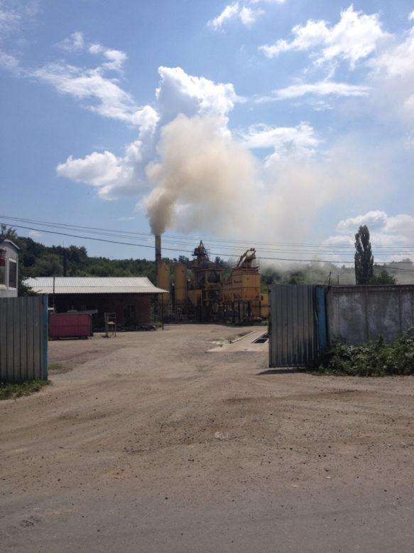 Екологічна інспекція не бачить, як ужгородців труять димом асфальтового заводу