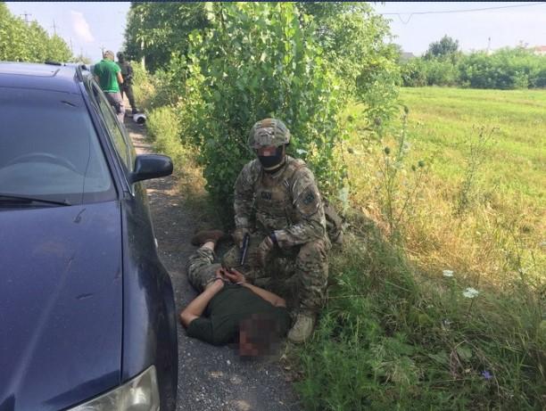 Співробітники СБУ викрили на Закарпатті двох військових на реалізації вибухівки (ФОТО)