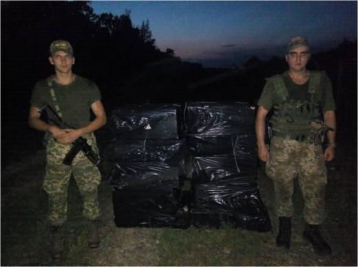 За п'ять метрів від кордону на Закарпатті знайшли 18 ящиків цигарок