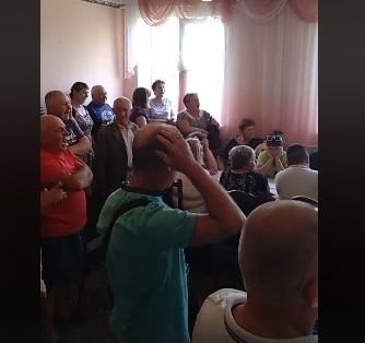 """Сесія Коритнянської сільради пройшла під крики """"Ганьба!"""" (відео)"""