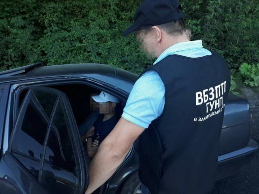 Закарпатські поліцейські зупинили автівку з трьома нелегальними мігрантами