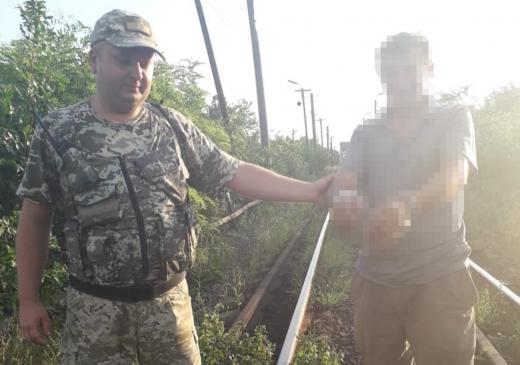 """На Закарпатті затримали порушника кордону, який """"мандрував"""" залізничною колією"""