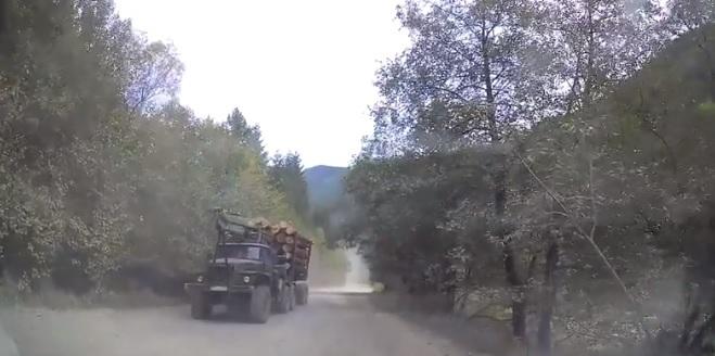 """До Королівської Поляни на Закарпатті веде """"убита"""" дорога (відео)"""