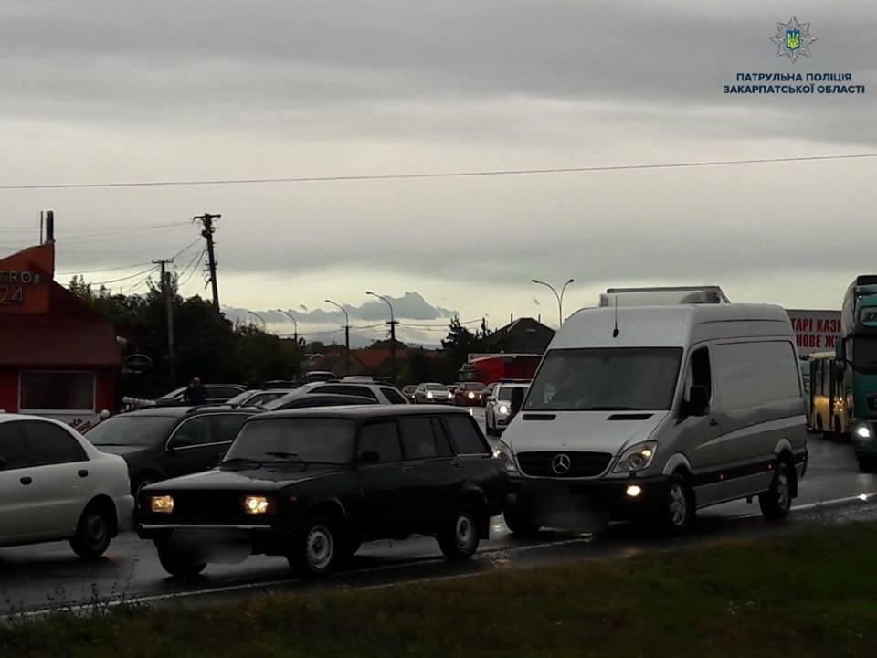 При в'їзді до Ужгорода утворився автомобільний затор (фото)