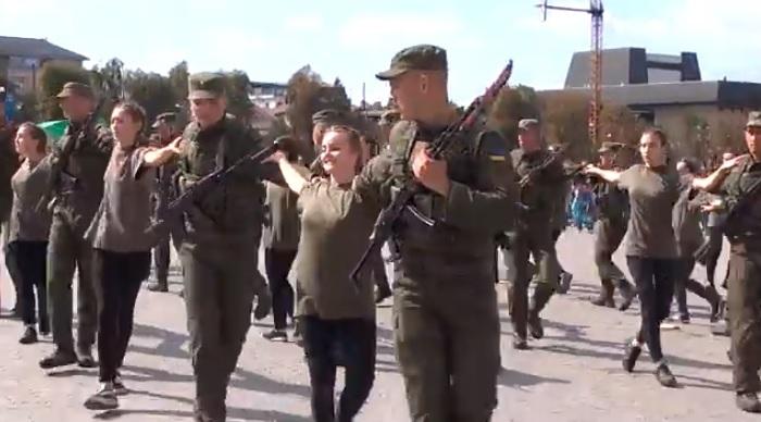 Військовослужбовці НГУ та студенти Ужгородського коледжу культури і мистецтв провели мілітарний флешмоб (відео)