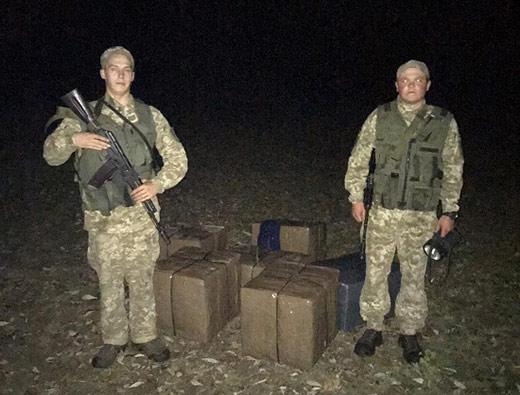 На березі р. Тиса закарпатські прикордонники знайшли 10 ящиків з контрабандними цигарками