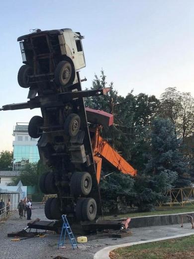 В центрі Ужгорода перекинувся будівельний кран