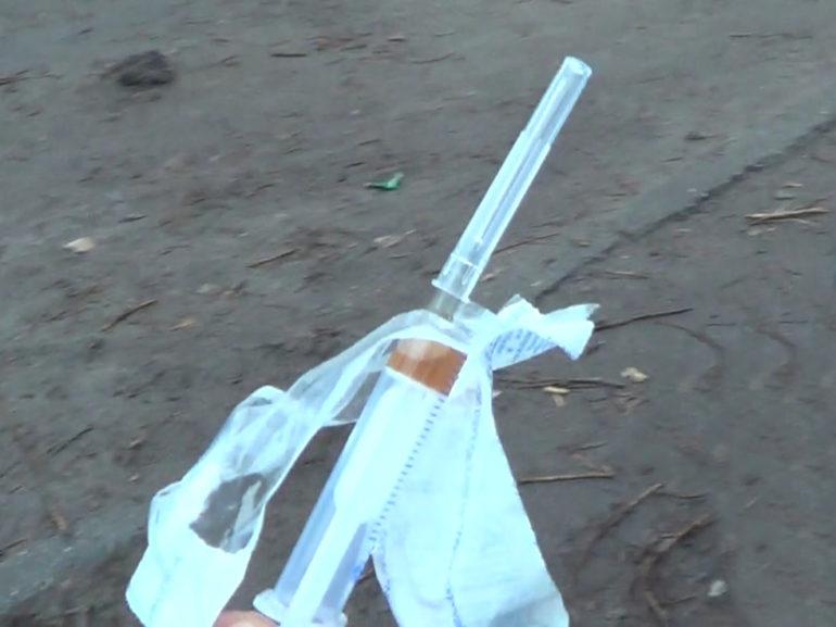 В Ужгороді у підозрілого перехожого полісмени знайшли наркотики, ювелірні вироби та ніж