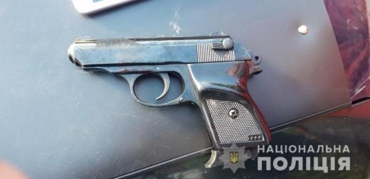 Закарпатські патрульні виявили у автівці водія-порушника два пістолета