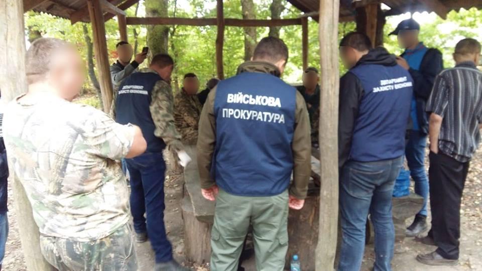 На хабарі у понад 15 тисяч гривень викрито службову особу закарпатського лісгоспу.