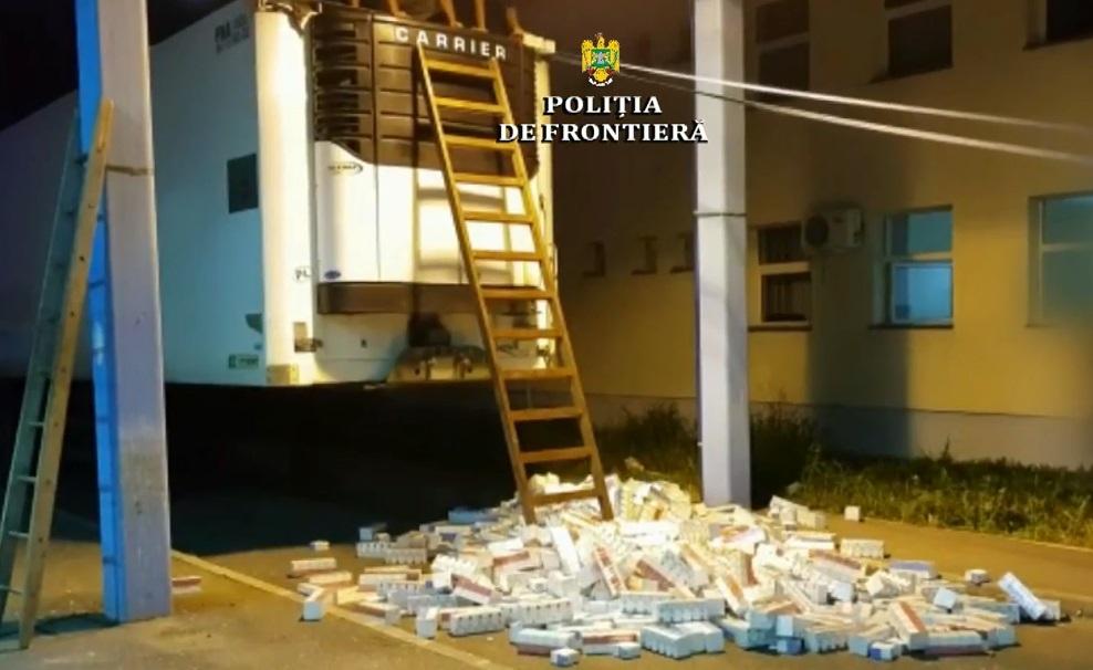"""Румунська поліція """"хлопнула"""" вантажівку з цигарками, яку пропустили закарпатські митники (відео)"""