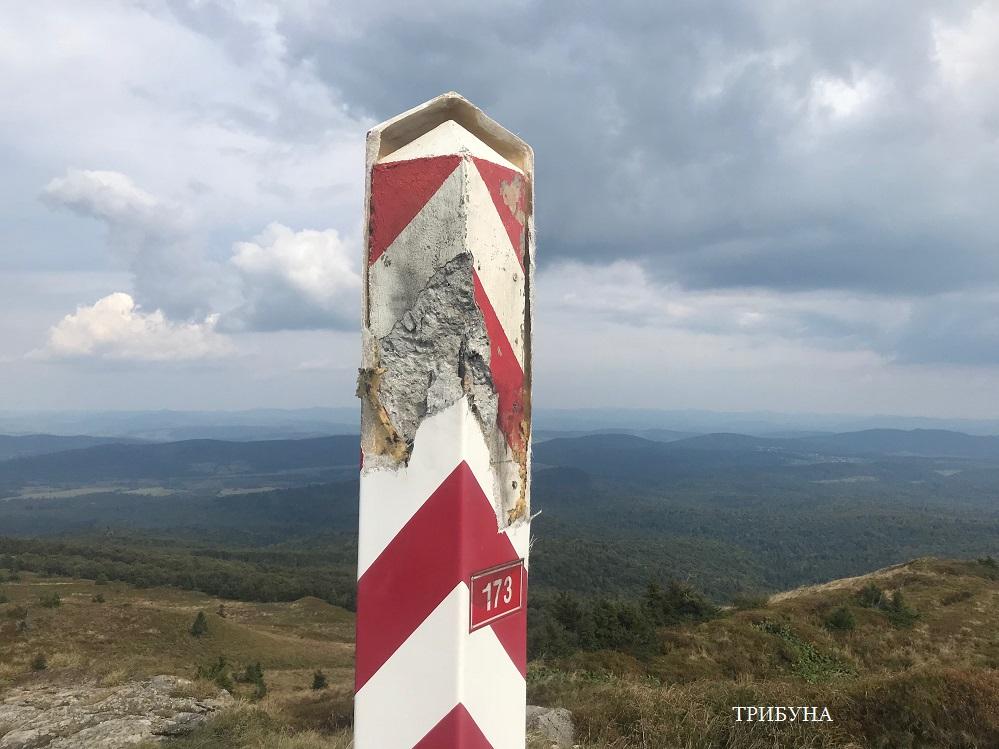 В закарпатських Бескидах блискавка влучила в польський прикордонний стовп (фото)