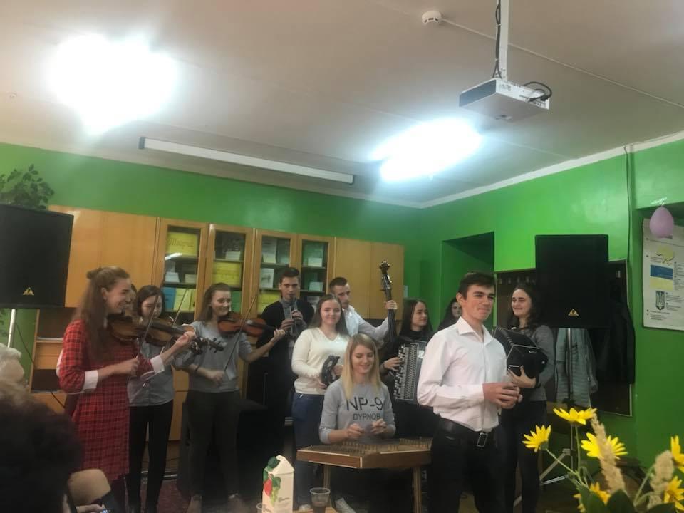 День учителя в Ужгородському коледжі культури і мистецтв відзначили по-сімейному (фото)
