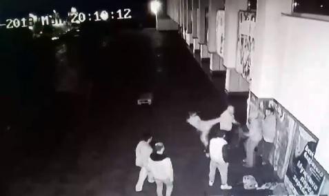 В Ужгороді цигани жорстоко побили 15-річного юнака (відео)