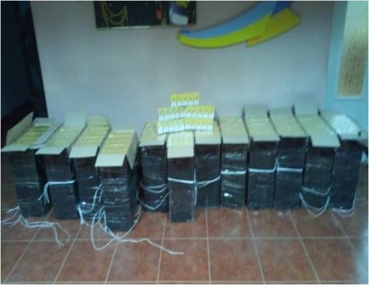 Тікаючи від закарпатських прикордонників, контрабандисти покинули 6 тисяч пачок цигарок