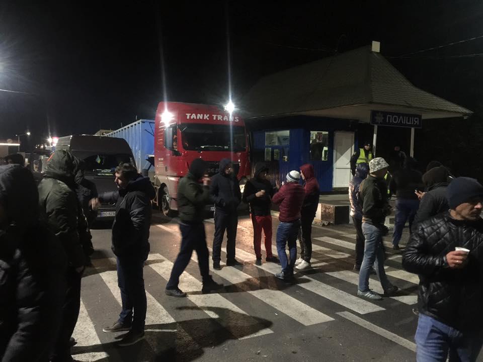 На Закарпатті мітингувальники продовжують блокувати автотрасу Киів-Чоп (фото)