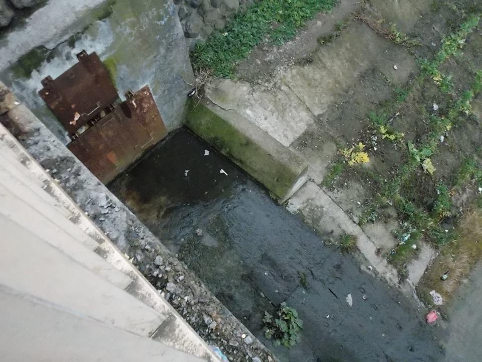 В центрі Мукачева з'явилася фекальна річка (фото)