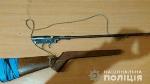 Поблизу кордону на Ужгородщині затримали чоловіка із саморобною рушницею