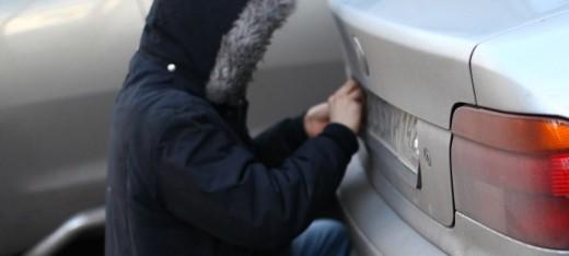 Патрульні затримали в Ужгороді крадійку номерних знаків (ФОТО)