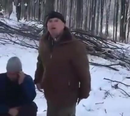 На Закарпатті лісоруб погрожував активісту сокирою (відео)