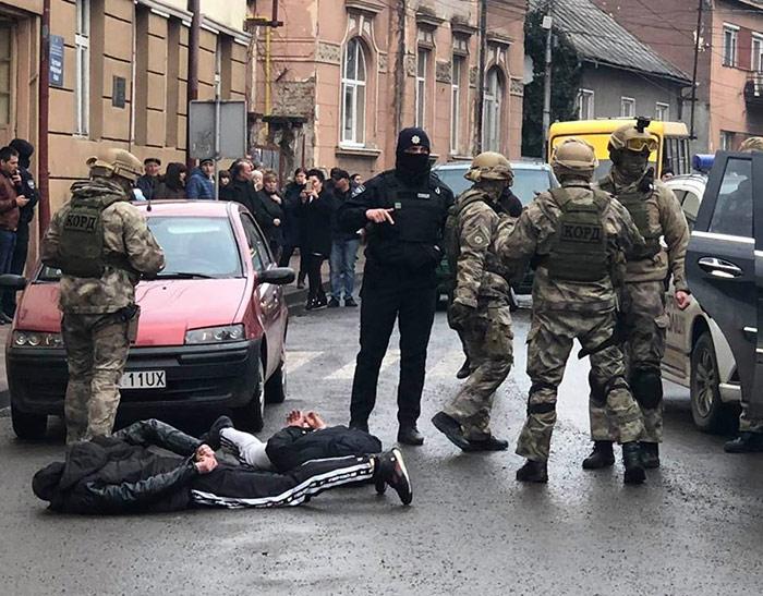 Поліція видовищно затримала наркоторговців у Хусті (ФОТО, ВІДЕО)
