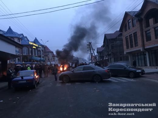 У Нижній Апші мешканці знову блокують дорогу через випущеного під заставу підлітка-вбивцю