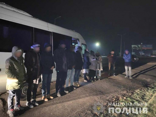 Поліцейські зупинили на Ужгородщині авто з дев'ятьма нелегалами