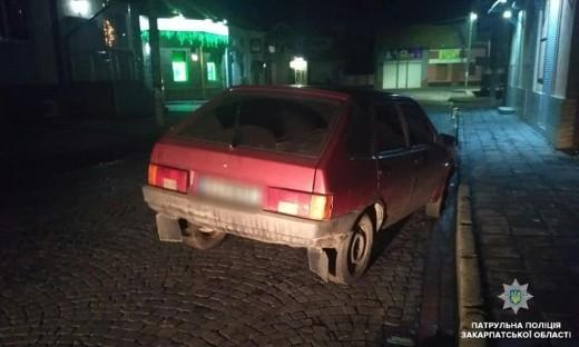 """У Мукачеві на шляху п'яного водія """"став"""" дорожній знак"""