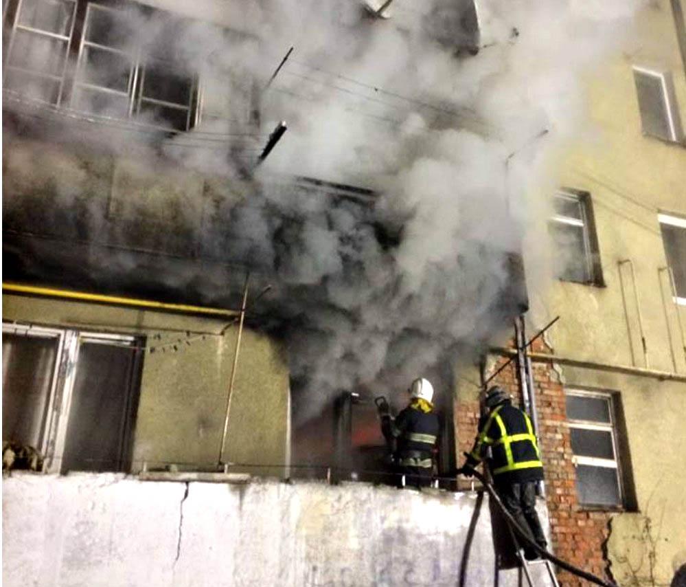 В Хусті горіла квартира у п'ятиповерхівці – було евакуйовано 7 людей