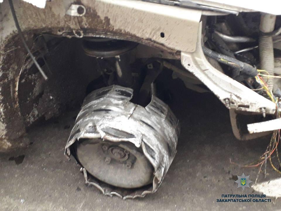 Ужгородом роз'їжджав на авто без колеса та з пошкодженою фарою п'яний водій без документів