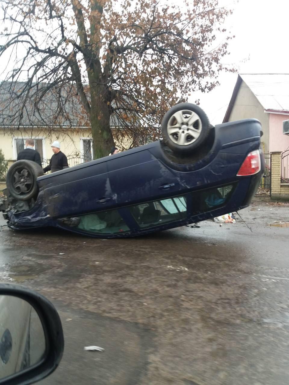 В Ужгороді дві автівки карколомно перевернулись на дах (фото)
