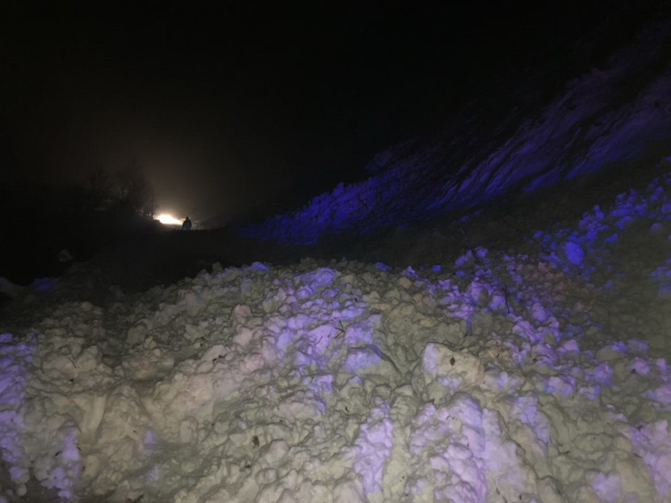 Снігову лавину, що перекрила трасу «Мукачево – Рогатин» на Рахівщині, частково розчищено (ФОТО)