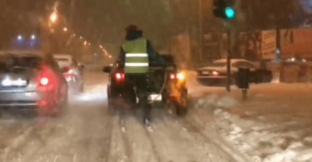 Нечищеними дорогами Ужгорода гасає лижник-естремал (відео)